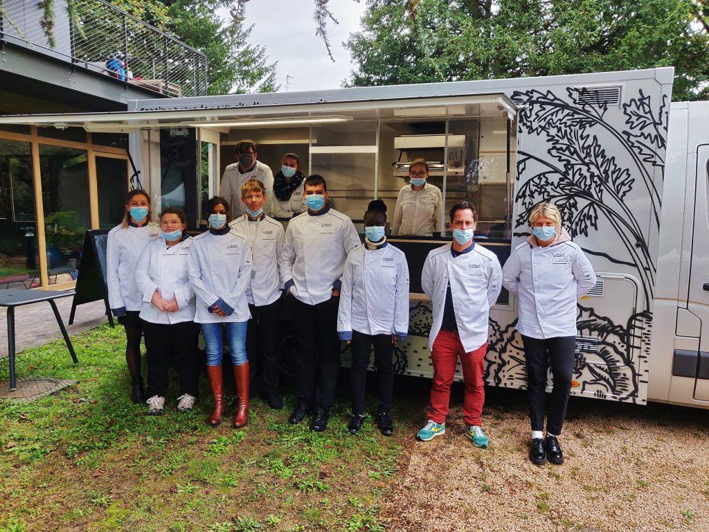 """L'équipe du Foodtruck pédagogique de l'ITEP Chambéry a régalé les papilles grâce à ses """"buddha bowls""""."""